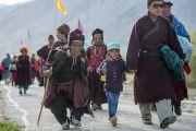 Местные жители идут на учения Его Святейшества Далай-ламы в Падуме. Занскар, штат Джамму и Кашмир, Индия. 24 июня 2014 г. Фото: Тензин Чойджор (офис ЕСДЛ)
