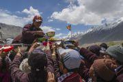 Раздача еды во время обеденного перерыва на второй день учений Его Святейшества Далай-ламы в Падуме. Занскар, штат Джамму и Кашмир, Индия. 24 июня 2014 г. Фото: Тензин Чойджор (офис ЕСДЛ)
