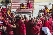 """Монахи проводят философский диспут во время торжественного открытия семинара по теме """"Парчин (совершенная мудрость) в монастыре Ликир. Ладак, штат Джамму и Кашмир, Индия. 30 июня 2014 г. Фото: Тензин Чойджор (офис ЕСДЛ)"""