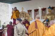 Его Святейшество Далай-лама приветствует слушателей перед началом учений в монастыре Ликир. Ладак, штат Джамму и Кашмир, Индия. 1 июля 2014 г. Фото: Тензин Чойджор (офис ЕСДЛ)