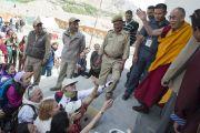 Его Святейшество Далай-лама прощается с людьми, покидая монастырь Ликир по окончании учений. Ладак, штат Джамму и Кашмир, Индия. 1 июля 2014 г. Фото: Тензин Чойджор (офис ЕСДЛ)