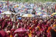 Во время учений Его Святейшества Далай-ламы в монастыре Ликир. Слушатели прячутся под зонтиками от палящих лучей солнца. Ладак, штат Джамму и Кашмир, Индия. 1 июля 2014 г. Фото: Тензин Чойджор (офис ЕСДЛ)