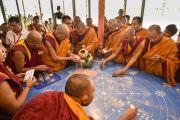 Его Святейшество Далай-лама насыпает в вазу песок разрушенной мандалы. Лех, Ладак, штат Джамму и Кашмир, Индия. 16 июля 2014 г. Фото: Мануэль Бауэр.