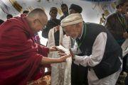Его Святейшество Далай-лама преподносит традиционный тибетский белый шарф (хадак) одному из членов координационного совета мусульман в Лехе. Ладак, штат Джамму и Кашмир, Индия. 16 июля 2014 г. Фото: Тензин Чойджор (офис ЕСДЛ).