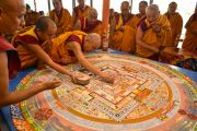 Его Святейшество Далай-лама приступает к разрушению мандалы Калачакры. Лех, Ладак, штат Джамму и Кашмир, Индия. 16 июля 2014 г. Фото: Мануэль Бауэр.