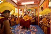 Платформу, на которой была возведена мандала Калачакры, усыпали лепестками цветов. Его Святейшество Далай-лама проводит завершающие ритуалы 33-го посвящения Калачакры. Лех, Ладак, штат Джамму и Кашмир, Индия. 16 июля 2014 г. Фото: Мануэль Бауэр.
