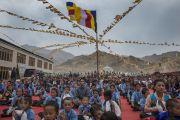 """Ученики слушают Его Святейшество Далай-ламу во время его посещения общежития для бедных и обездоленных детей """"Сабу Тханг"""" в Чогламсаре неподалеку от Леха. Ладак, штат Джамму и Кашмир, Индия. 16 июля 2014 г. Фото: Тензин Чойджор (офис ЕСДЛ)."""