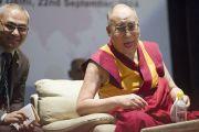 Его Святейшество Далай-лама отвечает на вопросы слушателей после лекции, прочитанной им по просьбе Раджива Чандрасекшара и представителей университета Ашоки. Дели, Индия. 22 сентября 2014 г. Фото: Тензин Чойджор (офис ЕСДЛ)