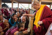 Его Святейшество Далай-лама шутливо здоровается с пожилым тибетцев в главном тибетском храме в первый день учений, которые он дарует по просьбе буддистов из Юго-Восточной Азии. Дхарамсала, Индия. 24 сентября 2014 г. Фото: Тензин Чойджор (офис ЕСДЛ)