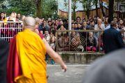 Последователи Его Святейшества Далай-ламы приветствуют его в главном тибетском храме в первый день учений, которые он дарует по просьбе буддистов из Юго-Восточной Азии. Дхарамсала, Индия. 24 сентября 2014 г. Фото: Тензин Чойджор (офис ЕСДЛ)