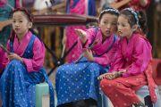 Юные артисты ожидают своей очереди выступать на торжественной церемонии, посвященной празднованию 25-й годовщины присуждения Его Святейшеству Далай-ламе Нобелевской премии мира. Дхарамсала, Индия. 2 октября 2014 г. Фото: Тензин Чойджор (офис ЕСДЛ)