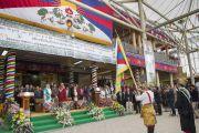 Его Святейшество Далай-лама и другие гости церемонии стоя слушают исполнение тибетского государственного гимна. Дхарамсала, Индия. 2 октября 2014 г. Фото: Тензин Чойджор (офис ЕСДЛ)