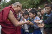 Его Святейшество Далай-лама и учащиеся Тибетской детской деревни. Дхарамсала, Индия. 2 октября 2014 г. Фото: Тензин Чойджор (офис ЕСДЛ)