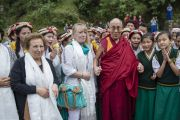Его Святейшество Далай-лама, Джоди Уильямс и Ширин Эбади с учащимися Тибетской детской деревни. Дхарамсала, Индия. 2 октября 2014 г. Фото: Тензин Чойджор (офис ЕСДЛ)