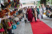 Во дворе главного тибетского храма Его Святейшество Далай-ламу, Джоди Уильямс и Ширин Эбади встречают музыканты Тибетского института исполнительских искусств. Дхарамсала, Индия. 2 октября 2014 г. Фото: Тензин Чойджор (офис ЕСДЛ)