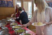 Его Святейшество Далай-лама, Ширин Эбади и Джоди Уильямс на обеде в резиденции Далай-ламы по окончании официальной программы в главном тибетском храме. Дхарамсала, Индия. 2 октября 2014 г. Фото: Тензин Чойджор (офис ЕСДЛ)