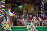 Лауреат Нобелевской премии мира Джоди Уильямс выступает с речью на торжественной церемонии, посвященной празднованию 25-й годовщины присуждения Его Святейшеству Далай-ламе Нобелевской премии мира. Дхарамсала, Индия. 2 октября 2014 г. Фото: Тензин Чойджор (офис ЕСДЛ)