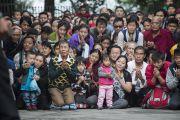 Тибетцы почтительно приветствуют Его Святейшество Далай-ламу, Джоди Уильямс и Ширин Эбади во дворе главного тибетского храма. Дхарамсала, Индия. 2 октября 2014 г. Фото: Тензин Чойджор (офис ЕСДЛ)