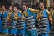 Тибетские дети танцуют народный танец на торжественной церемонии, посвященной празднованию 25-й годовщины присуждения Его Святейшеству Далай-ламе Нобелевской премии мира. Дхарамсала, Индия. 2 октября 2014 г. Фото: Тензин Чойджор (офис ЕСДЛ)