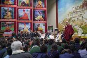 Его Святейшество Далай-лама представляет учащимся Тибетской детской деревни лауреатов Нобелевской премии мира Джоди Уильямс и Шири Эбади. Дхарамсала, Индия. 2 октября 2014 г. Фото: Тензин Чойджор (офис ЕСДЛ)