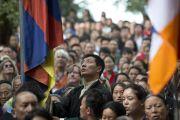 Избранный политический лидер тибетского народа сикьонг Лобсанг Сенге поднимает тибетский флаг во время исполнения государственного гимна Тибета на торжественной церемонии, посвященной празднованию 25-й годовщины присуждения Его Святейшеству Далай-ламе Нобелевской премии мира. Дхарамсала, Индия. 2 октября 2014 г. Фото: Тензин Чойджор (офис ЕСДЛ)