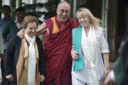 Его Святейшество Далай-лама, Джоди Уильямс и Ширин Эбади направляются из резиденции Далай-ламы в главный тибетский храм. Дхарамсала, Индия. 2 октября 2014 г. Фото: Тензин Чойджор (офис ЕСДЛ)