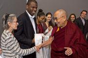 """Его Святейшество Далай-лама приветствует студентов и преподавателей Принстонского университета перед началом лекции """"Развитие сердца"""". 28 октября 2014 г. Нью-Джерси, США. Фото: Denise Applewhite"""