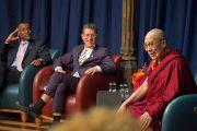 Его Святейшество Далай-лама беседует со студентами Принстонского университета о служении в Зеленой библиотеке ректора. 28 октября 2014 г. Нью-Джерси, США. Фото: Denise Applewhite