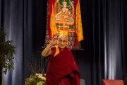 """Его Святейшество Далай-лама машет слушателям рукой на прощание по окончании лекции """"Развитие сердца"""" в Принстонском университете. 28 октября 2014 г. Нью-Джерси, США. Фото: Denise Applewhite"""