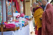 Его Святейшество Далай-лама благословляет религиозные предметы перед началом второго дня трехдневных учений. Дхарамсала, Индия. 12 ноября 2014 г. Фото: Тензин Чойджор (офис ЕСДЛ)