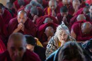 Некоторые из многих тысяч участников на третий день учений Его Святейшества Далай-ламы в главном буддийском храме Дхарамсалы, дарованных по просьбе буддистов из Кореи. Дхарамсала, Индия. 13 ноября 2014 г. Фото: Тензин Чойджор (офис ЕСДЛ)