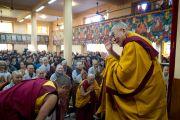 Его Святейшество Далай-лама приветствует буддистов из Кореи в главном буддийском храме перед началом второго дня трехдневных учений. Дхарамсала, Индия. 12 ноября 2014 г. Фото: Тензин Чойджор (офис ЕСДЛ)