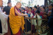 Во дворе главного буддийского храма Его Святейшество Далай-лама приветствует группу буддистов из Бутана. Дхарамсала, Индия. 12 ноября 2014 г. Фото: Тензин Чойджор (офис ЕСДЛ)