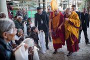 Дээрхийн Гэгээнтэн Далай Лам Монголын сүсэгтнүүдийн хүсэлтээр дөрвөн өдрийн номын айлдвараа эхлэхээр морилон ирж байгаа нь. Энэтхэг, Дарамсала. 2014.12.02. Зургийг Тэнзин Чойжор (ДЛО)