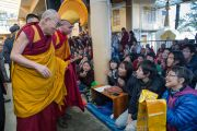 Дээрхийн Гэгээнтэн Далай Лам Монголчуудын хүсэлтээр дөрвөн өдөр үргэлжлэх номын айлдварын эхний өдрийн төгсгөлд Японы сүсэгтэн нартай мэндлэв. Дээрхийн Гэгээнтэн Далай Лам Монголчуудын хүсэлтээр дөрвөн өдөр үргэлжлэх номын айлдварын эхний өдөр. Энэтхэг, Дарамсала. 2014.12.02. Зургийг Тэнзин Чойжор (ДЛО)