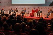 Его Святейшество Далай-лама и другие участники дискуссии на 14-м Всемирном саммите лауреатов Нобелевской премии мира. Рим, Италия. 13 декабря 2014 г. Фото: Paolo Tosti