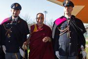Его Святейшество Далай-лама фотографируется с полицейскими перед тем, как войти в зал, где проходит 14-й Всемирный саммит лауреатов Нобелевской премии мира. Рим, Италия. 13 декабря 2014 г. Фото: Paolo Tosti