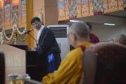 Избранный руководитель тибетцев в эмиграции сикьонг Лобсанг Сенге выступает на церемонии, посвященной 55-летию со дня первых учений, дарованных Далай-ламой в изгнании в Таванге. Мундгод, Индия. 26 декабря 2014 г. Фото: Тензин Чойджор (офис ЕСДЛ)