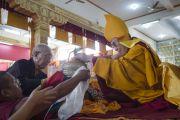 Дагьяб Ринпоче подносит Его Святейшеству Далай-ламе символы тела, речи и ума Будды во время молебна о долголетии Его Святейшества. Мундгод, Индия. 26 декабря 2014 г. Фото: Тензин Чойджор (офис ЕСДЛ)