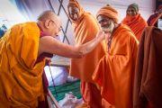 Его Святейшество Далай-лама шутливо приветствует местных духовных лидеров перед началом второго дня учений в Молодежном буддийском обществе. Санкиса, штат Уттар-Прадеш, Индия. 1 февраля 2015 г. Фото: Тензин Чойджор (офис ЕСДЛ)