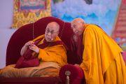 Профессор Самдонг Ринпоче переводит Его Святейшеству Далай-ламе с хинди на тибетский во время чтения отчета организаторов по окончании двухдневных учений в Молодежном буддийском обществе. Санкиса, штат Уттар-Прадеш, Индия. 1 февраля 2015 г. Фото: Тензин Чойджор (офис ЕСДЛ)