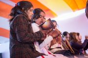 """Местные жители читают """"Сутру Сердца"""" на пали в начале второго дня учений Его Святейшества Далай-ламы в Молодежном буддийском обществе. Санкиса, штат Уттар-Прадеш, Индия. 1 февраля 2015 г. Фото: Тензин Чойджор (офис ЕСДЛ)"""