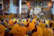 Старший монах проверяет, нет ли у кандидатов препятствий к тому, чтобы принять монашеское посвящение. Дхарамсала, Индия. 3 марта 2015 г. Фото: Тензин Чойджор (офис ЕСДЛ)