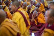 По традиции получать монашеские обеты могут не более трех человек одновременно. Все остальные кандидаты в это время сидят, закрыв уши руками. Дхарамсала, Индия. 3 марта 2015 г. Фото: Тензин Чойджор (офис ЕСДЛ)