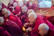 Кандидаты в монахи слушают наставления Его Святейшества Далай-ламы в начале церемонии посвящений. Дхарамсала, Индия. 3 марта 2015 г. Фото: Тензин Чойджор (офис ЕСДЛ)