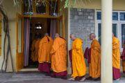 Кандидаты возвращаются в зал, где Его Святейшество Далай-лама продолжит церемонию посвящения в монахи. Дхарамсала, Индия. 3 марта 2015 г. Фото: Тензин Чойджор (офис ЕСДЛ)