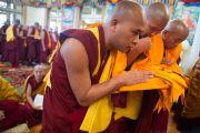 Кандидаты в монахи подносят свои монашеские одеяния Его Святейшеству Далай-ламе, чтобы тот благословил их. Дхарамсала, Индия. 3 марта 2015 г. Фото: Тензин Чойджор (офис ЕСДЛ)