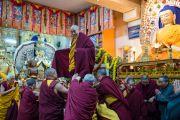 Его Святейшество Далай-лама приветствует всех собравшихся в главном тибетском храме на молебен о его долголетии. Дхарамсала, Индия. 4 марта 2015 г. Фото: Тензин Чойджор (офис ЕСДЛ)