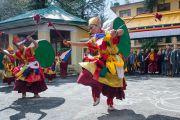 Монахи монастыря Гонкар Чоде исполняют танец ритуала чам, встречая Его Святейшество Далай-ламу в главном тибетском храме. Дхарамсала, Индия. 4 марта 2015 г. Фото: Тензин Чойджор (офис ЕСДЛ)