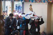 Подношение статуи Будды, один из элементов сложного ритуала молебна о долголетии Его Святейшества Далай-ламы. Дхарамсала, Индия. 4 марта 2015 г. Фото: Тензин Чойджор (офис ЕСДЛ)